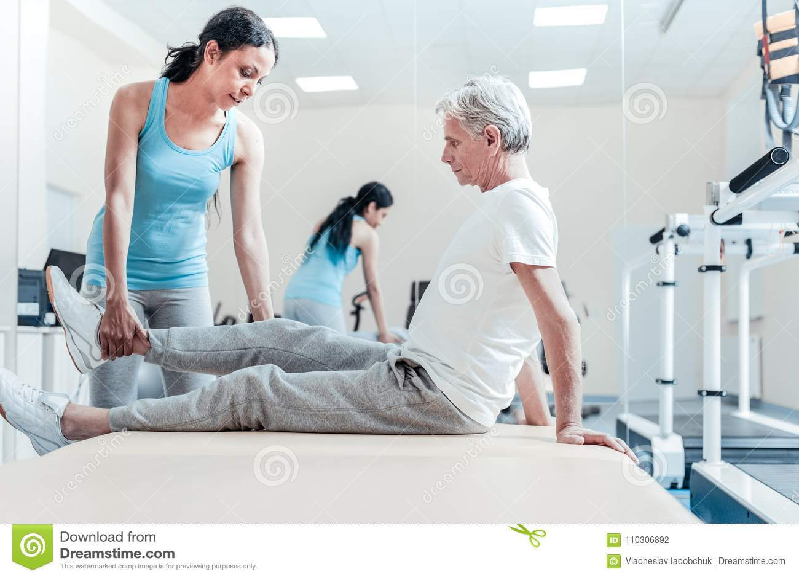 De ernstige trainer die verlamd oud opheffen bemant been