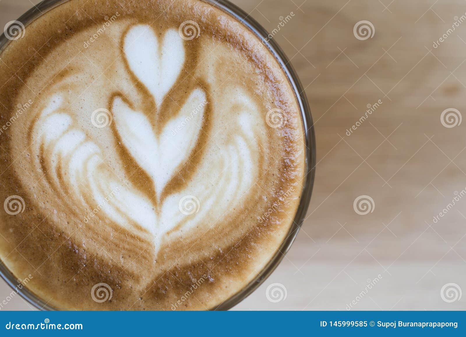 De espresso van de koffie latte kunst in uitstekende de kleurentoon van de koffiewinkel Cappuccino met de mooie kop van de schuim