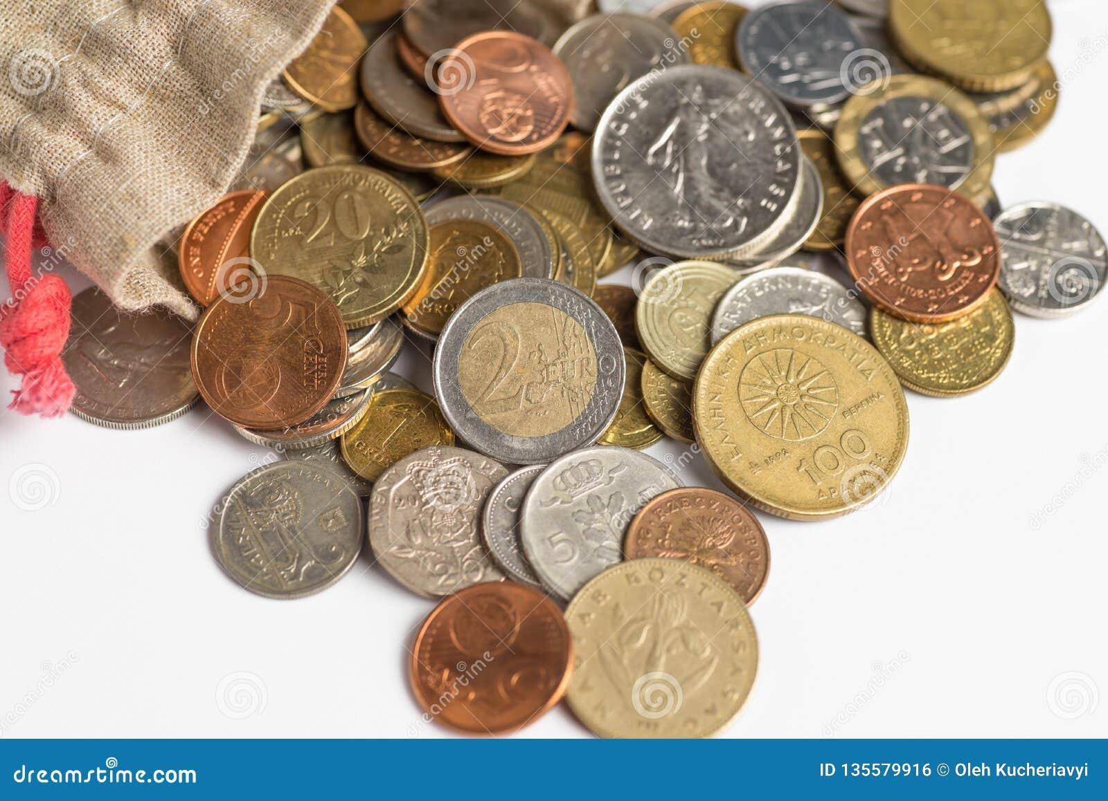De euro muntstukken gieten uit de zak