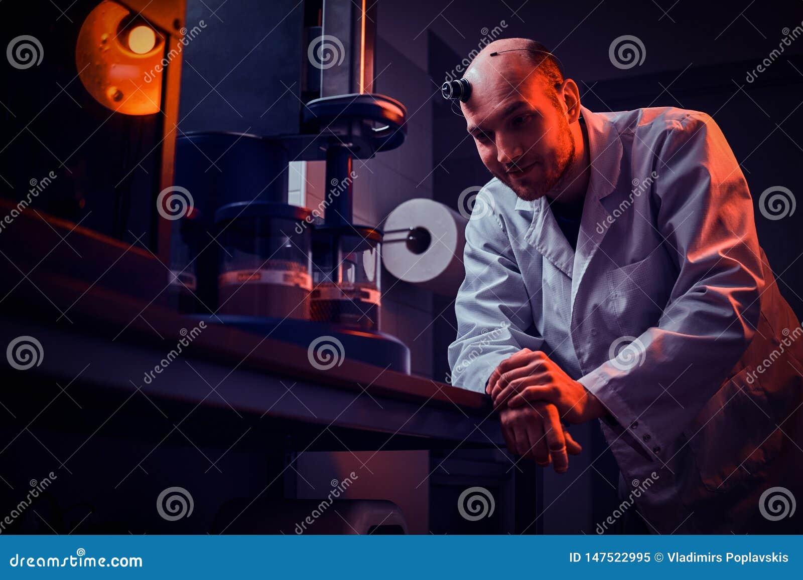 De Expiriencedhorlogemaker werkt met autoclaaf bij zijn eigen studio