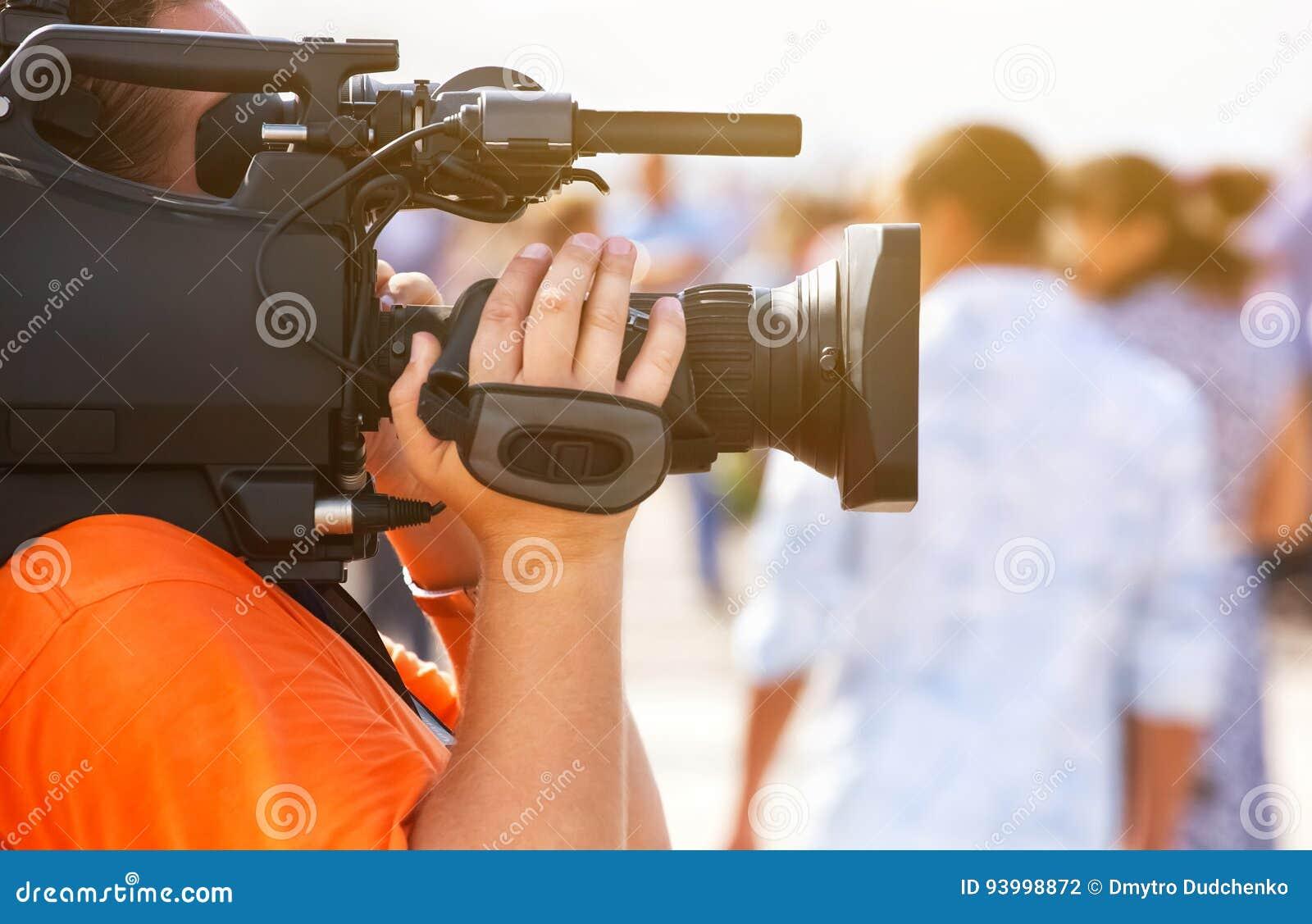 De exploitantfotograaf neemt een professionele cameragesprekken over