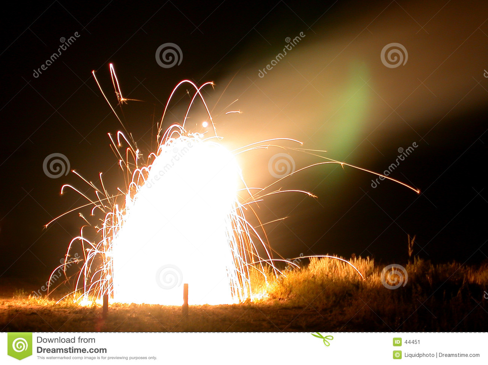 Download De Explosie Van Het Vuurwerk Stock Afbeelding - Afbeelding bestaande uit uitbarsting, pyre: 44451