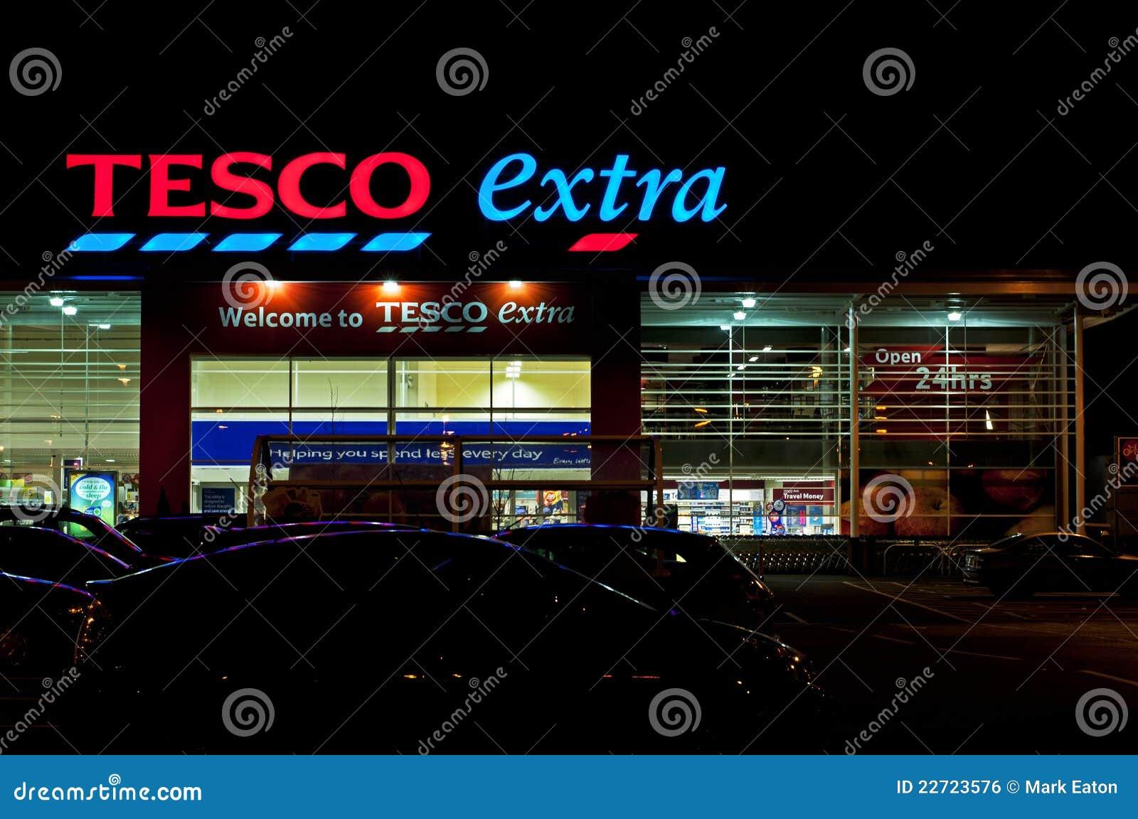 De Extra Opslag van Tesco bij Nacht