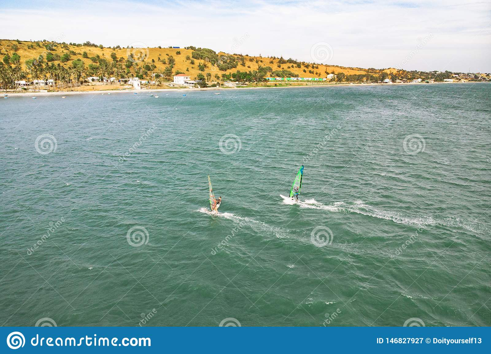 De extreme mensenatleet zwemt op de windbranding op de overzeese golf tegen het blauwe overzees en de horizon Extreme watersporte