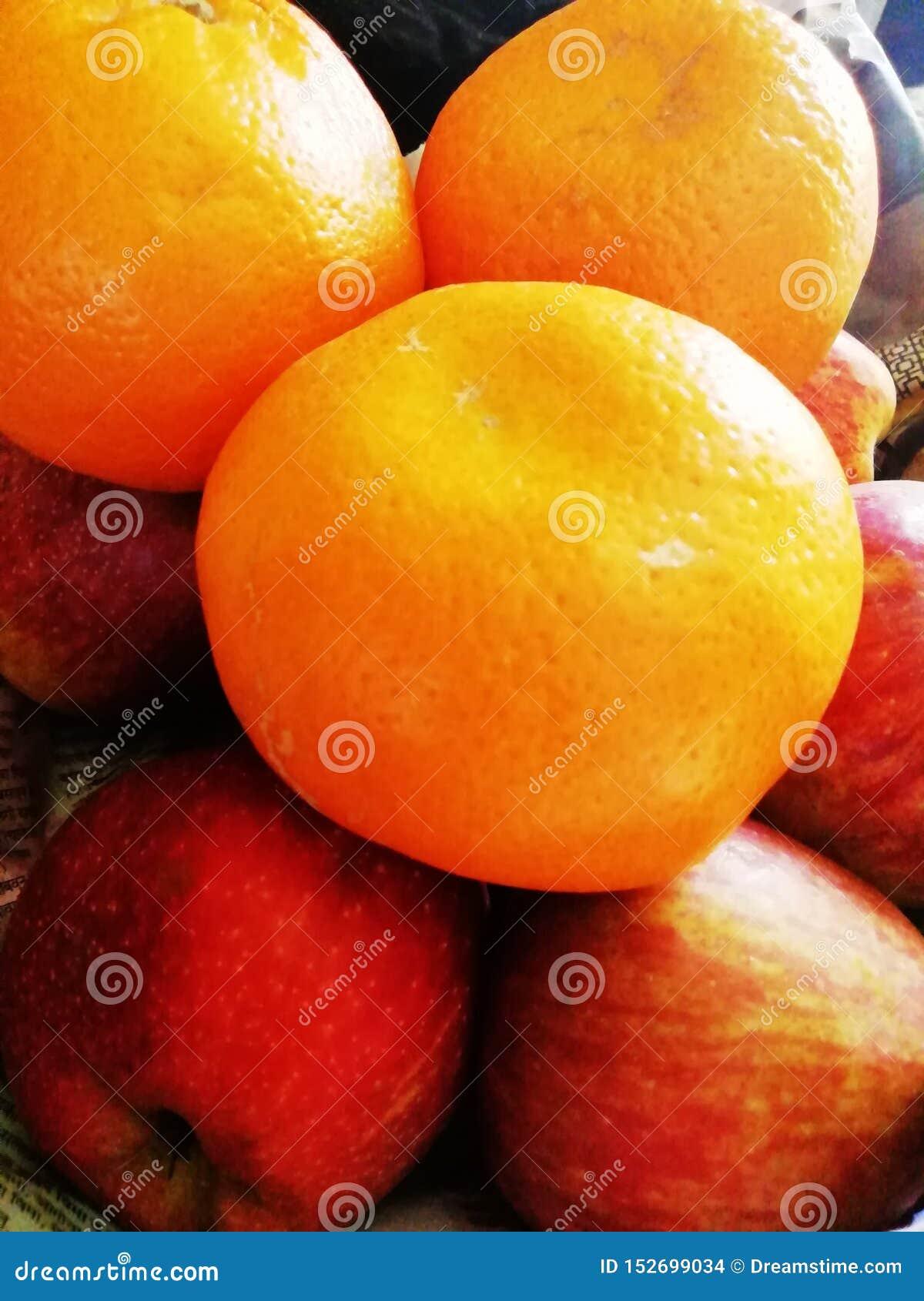De färgglade nya säsongsbetonade frukterna
