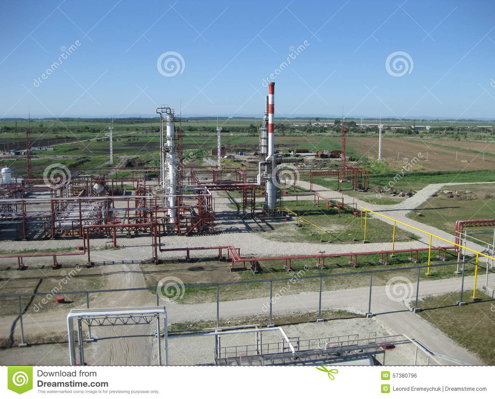 De fabriek van het chemische product en van de olie