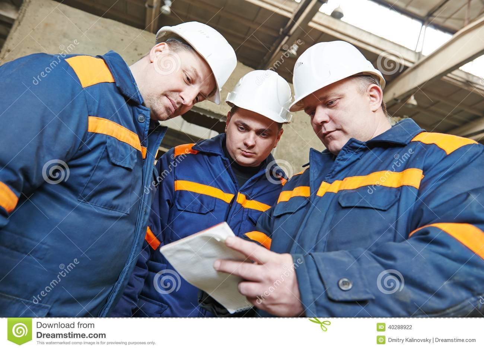 De fabrieksarbeiders bij de woningbouw planten