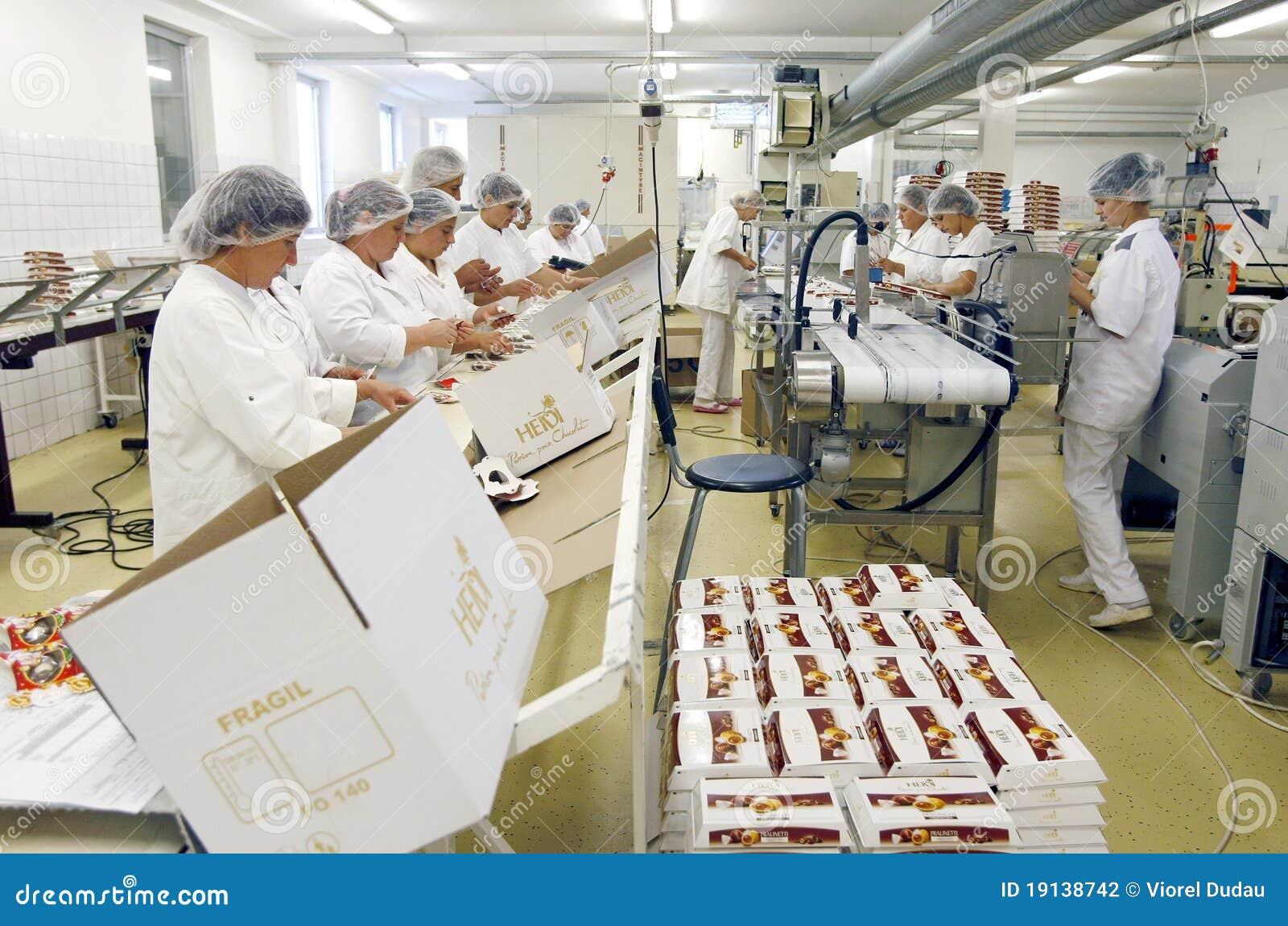 De fabriekswerknemers van de chocolade