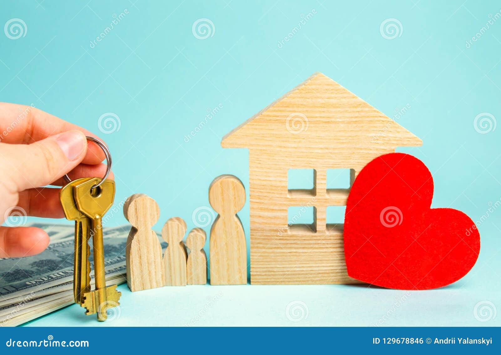 De familie bevindt zich dichtbij het huis Betaalbare huisvesting Concept 6 van onroerende goederen Kopende en verkopende huizen H