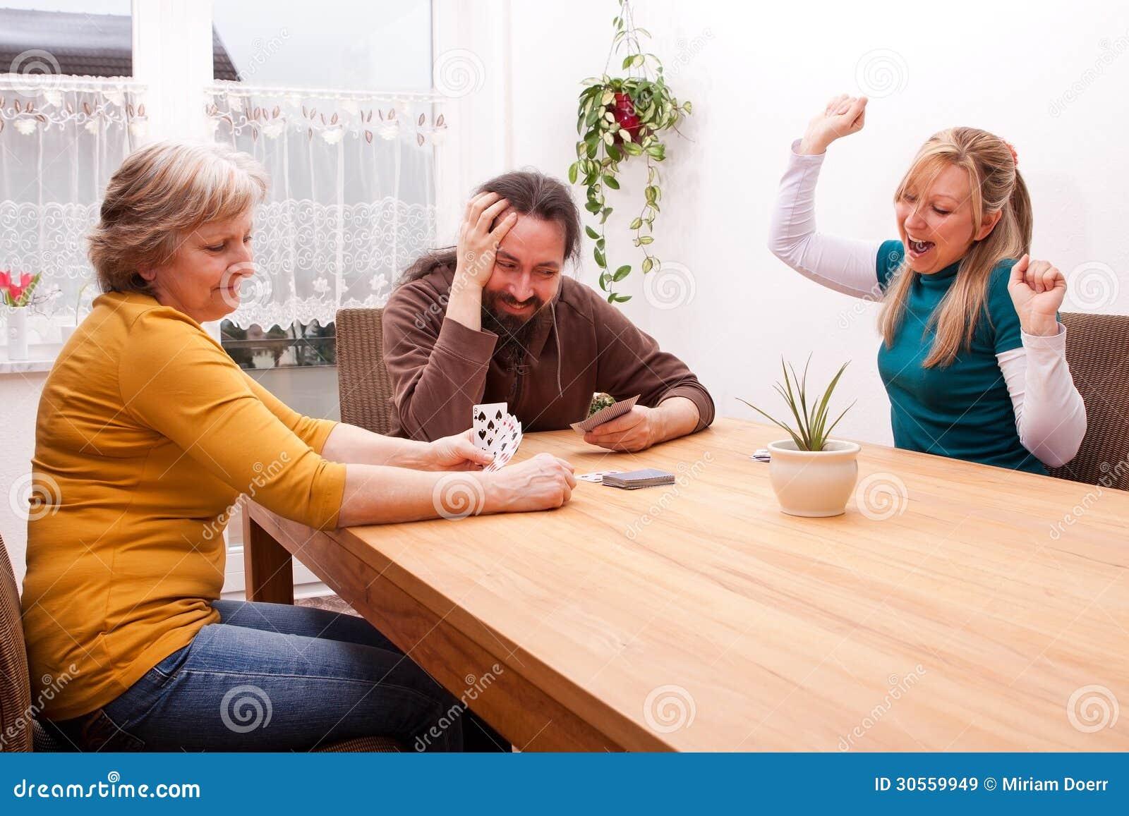 De familie speelt spelen en heeft pret