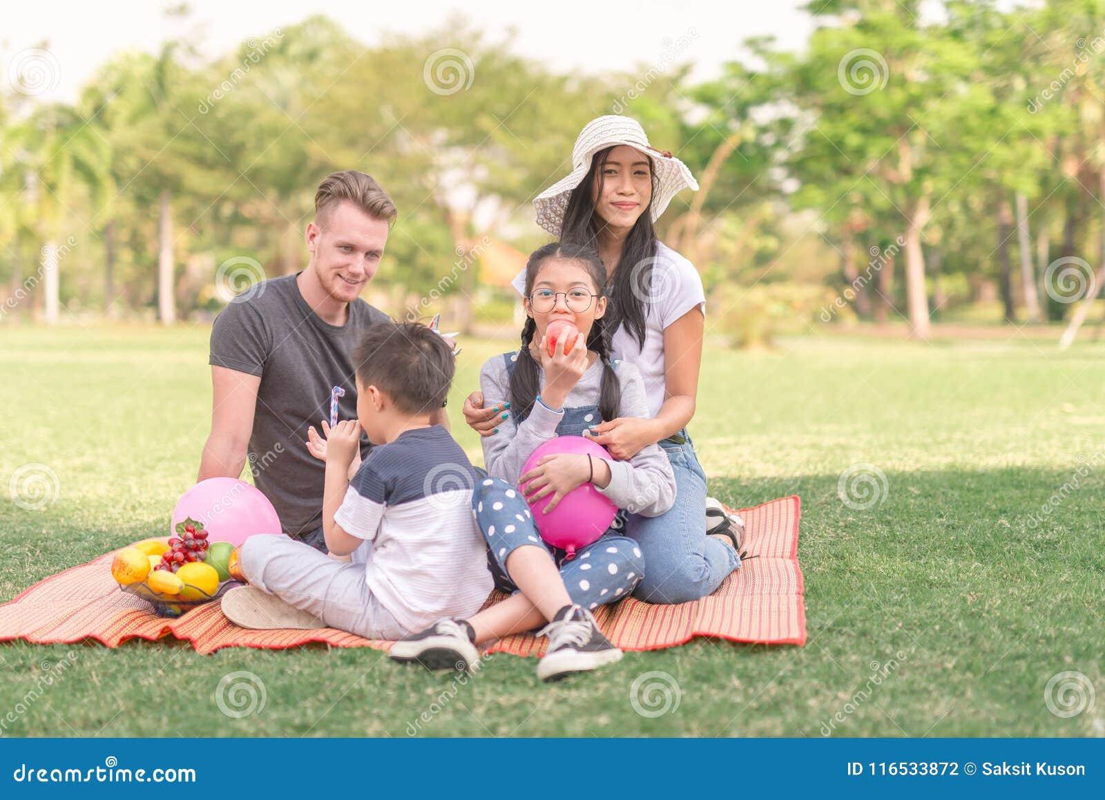 De familie van de het portrettiener van de familietijd in park