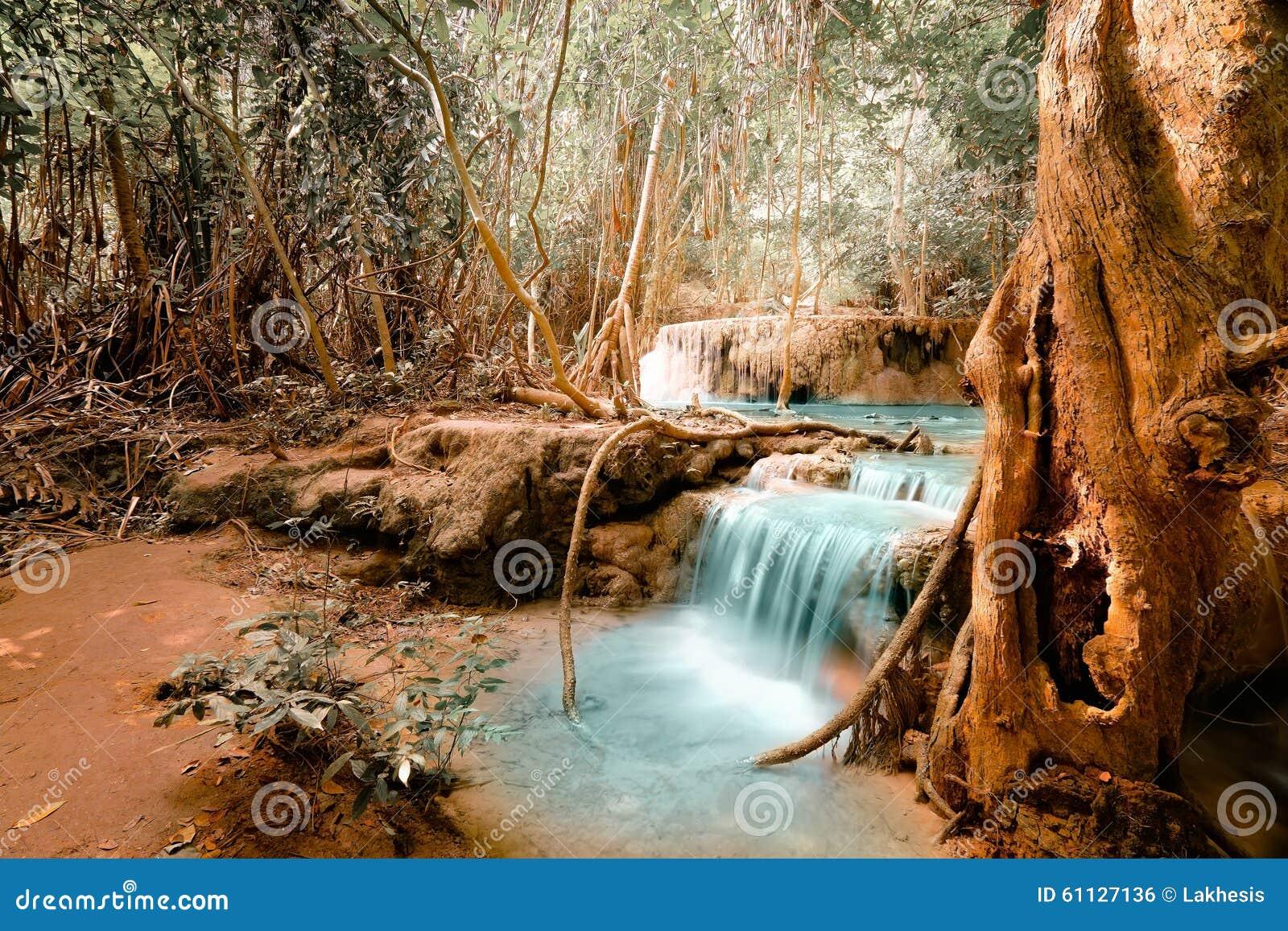 De fantasie klettert landschap met turkooise waterval