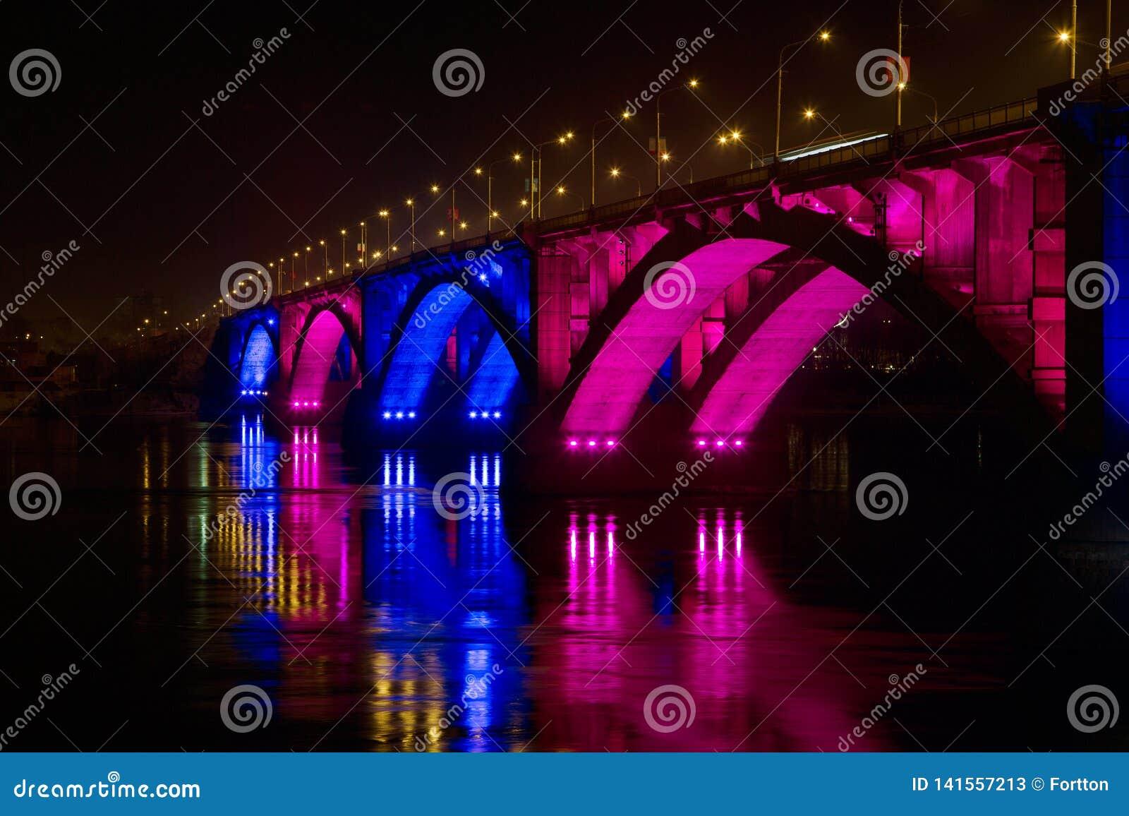 28 de febrero de 2019 Rusia, Krasnoyarsk Puente de la noche sobre el río Yeniséi