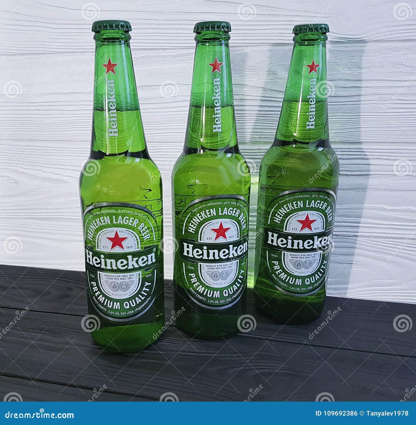 11 de febrero de 2017 Ucrania Kiev Heineken Lager Beer en de madera negro