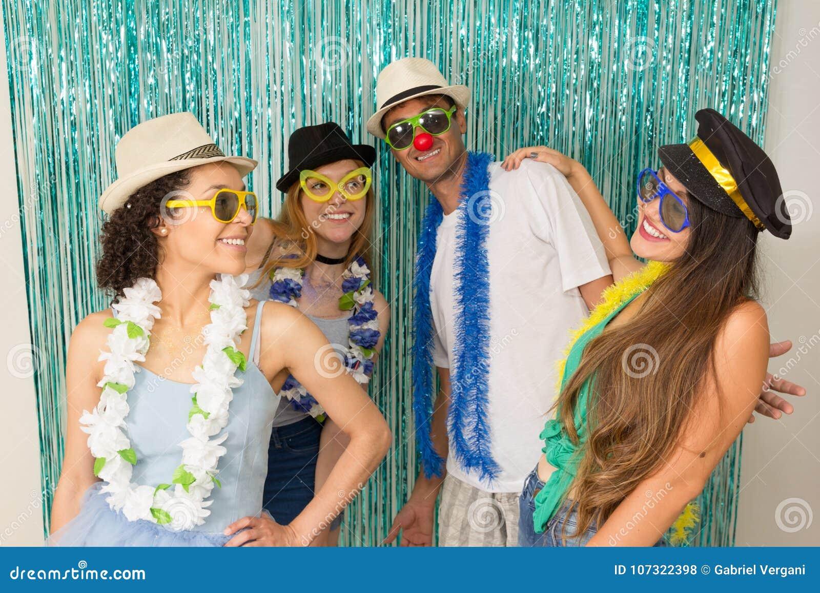 De feestneuzen vieren Carnaval in Brazilië De vrienden zijn danci