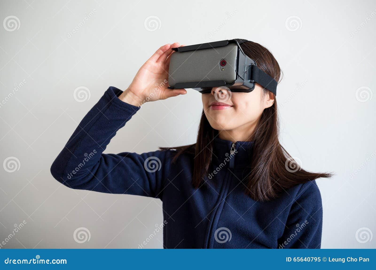 De femme de regard dispositif de réalité virtuelle cependant