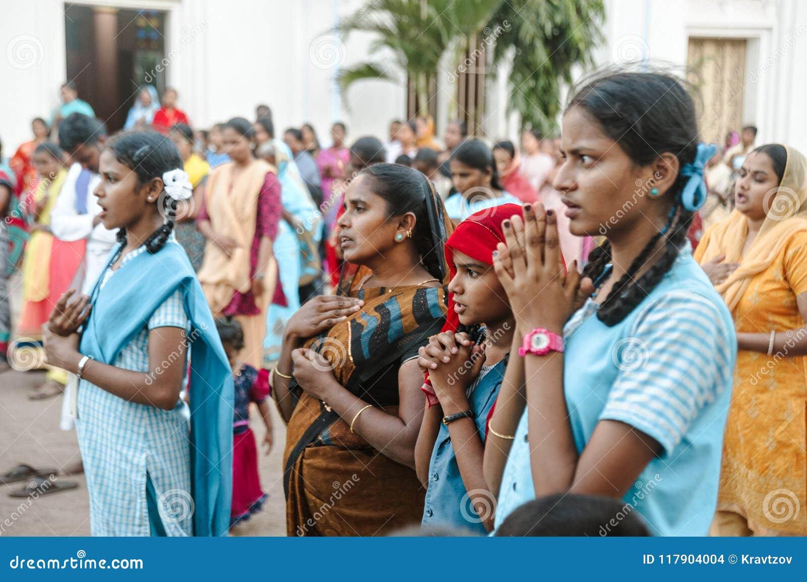 23 de fevereiro de 2018 Madurai, Índia a multidão de cristãos indianos reza na igreja católica da catedral do ` s de St Mary