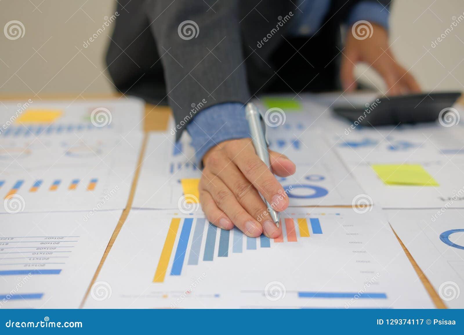 De financiële calculator van het adviseursgebruik om opbrengst & begroting te berekenen