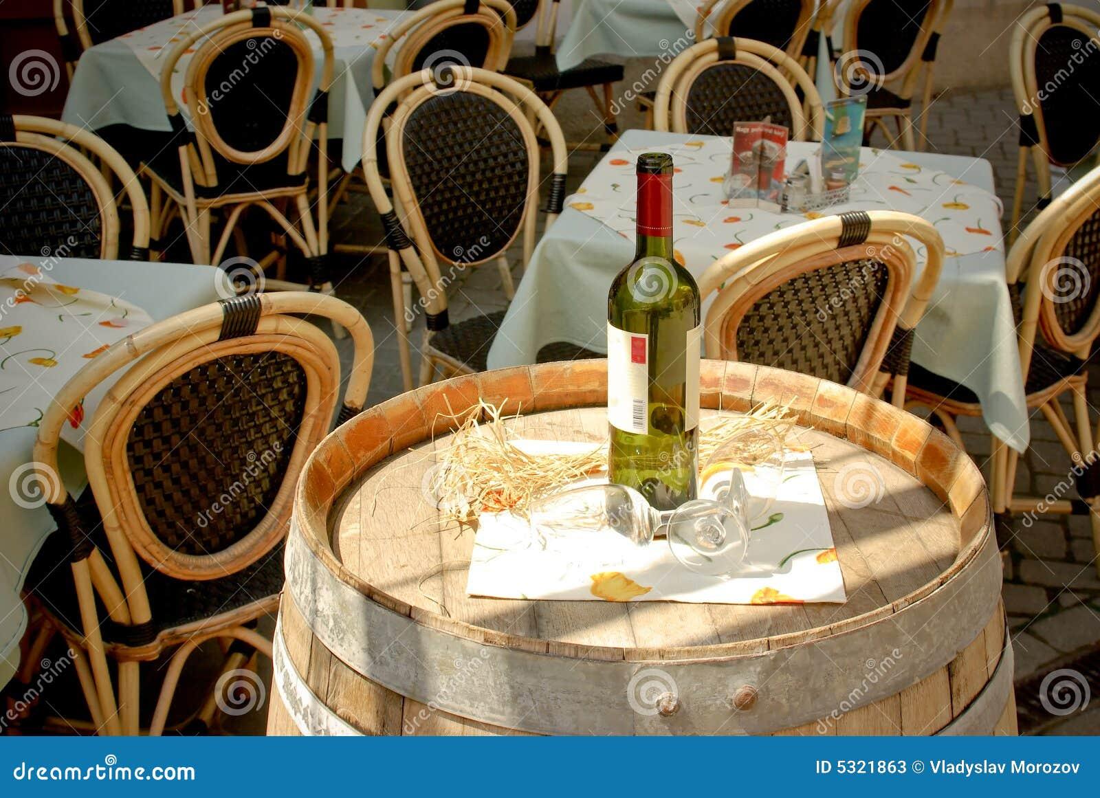 De fles en de wijnglazen van de wijn op vat in straatca