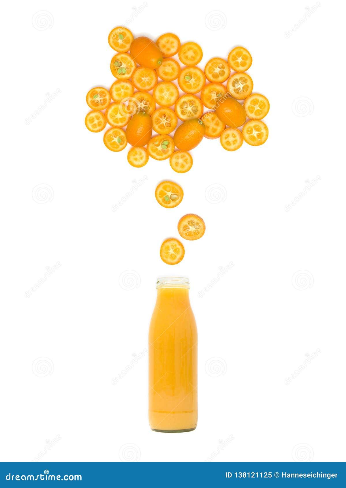 De fles met vers kumquat sap bevindt zich onder vele kumquat plakken op witte achtergrond