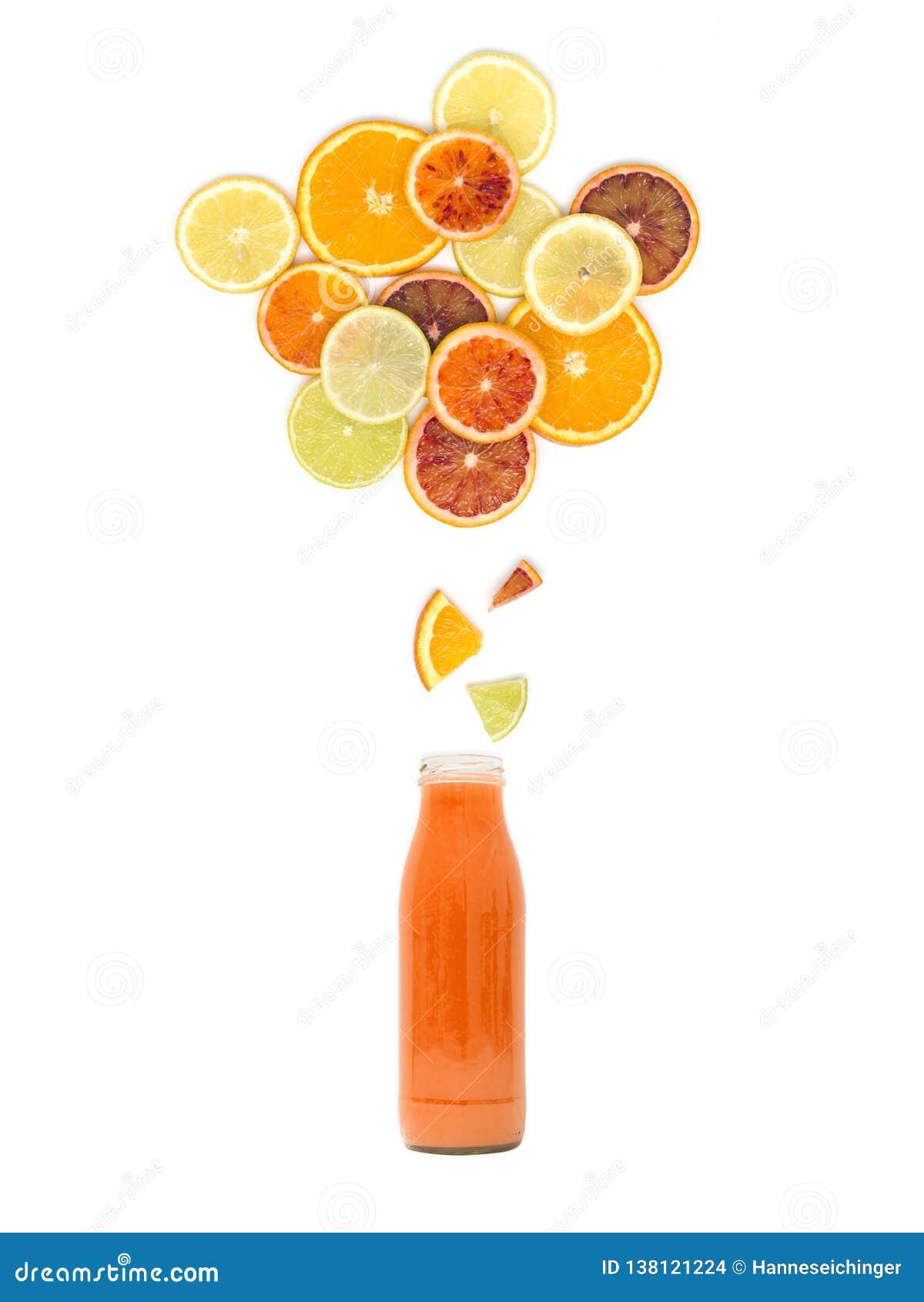 De fles met vers multicitrusvruchtensap bevindt zich onder vele sinaasappel, citroen, kalk en bloedsinaasappelplakken op witte ac