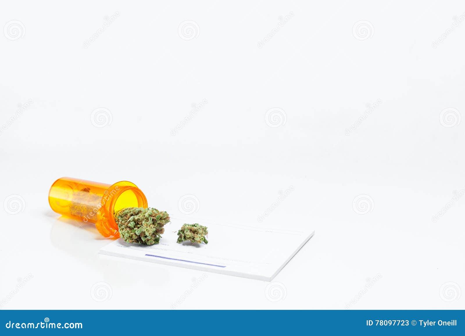 De Fles van het artsenvoorschrift van de Medische Cannabis P van het Marihuanaonkruid