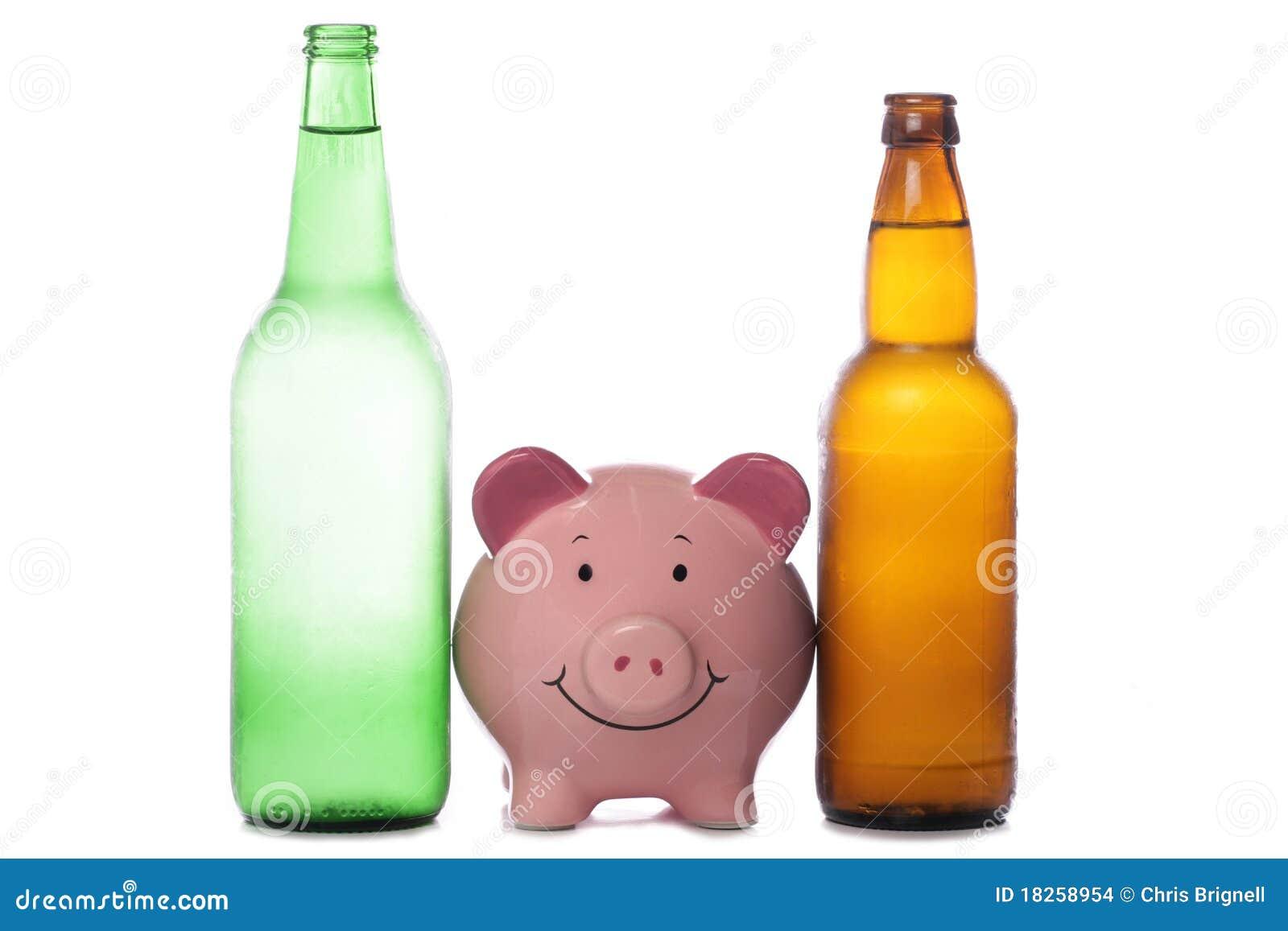 De fles van het bier en van de cider met spaarvarken
