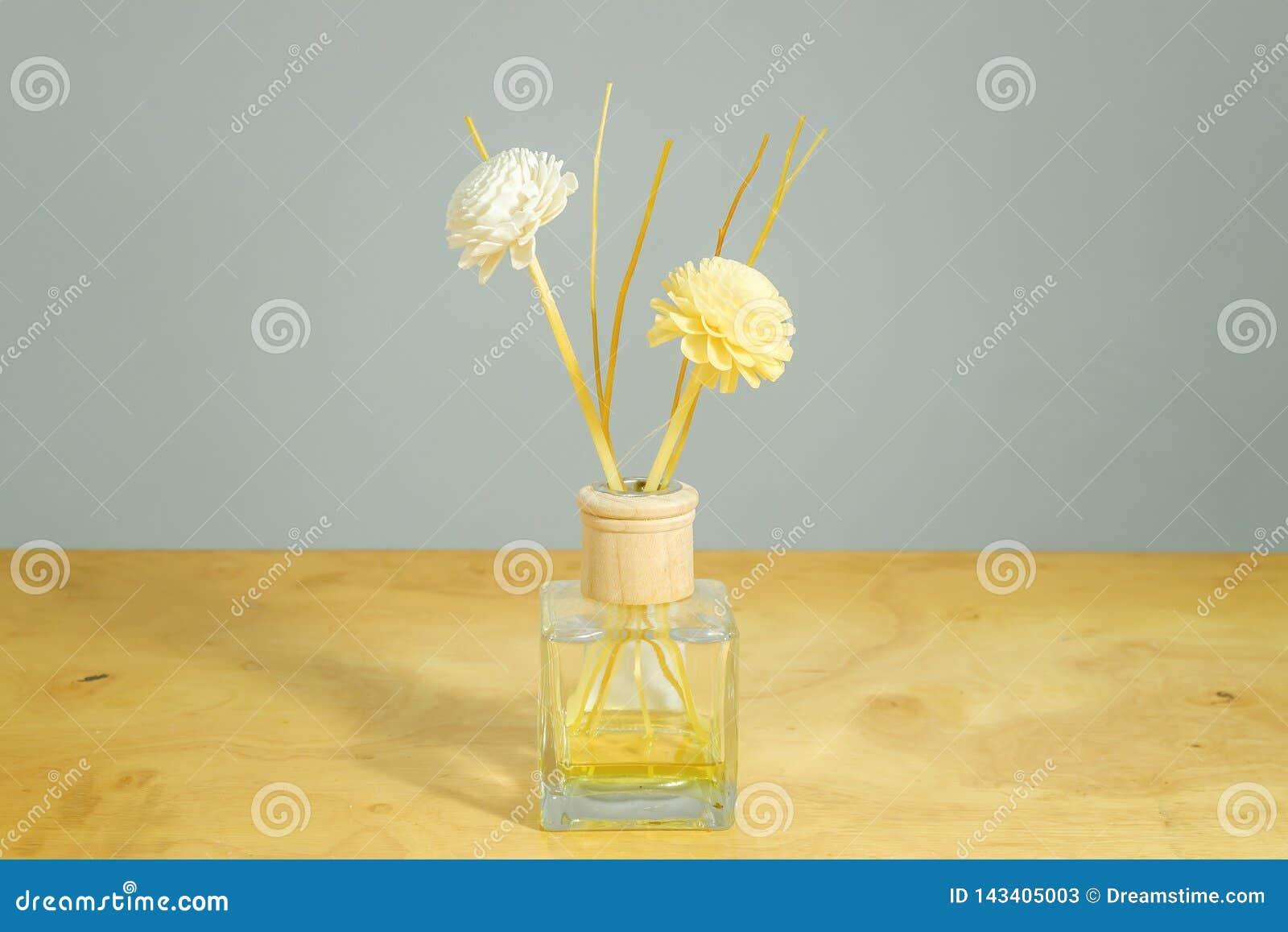 De fles van het bloemparfum op lijstachtergrond