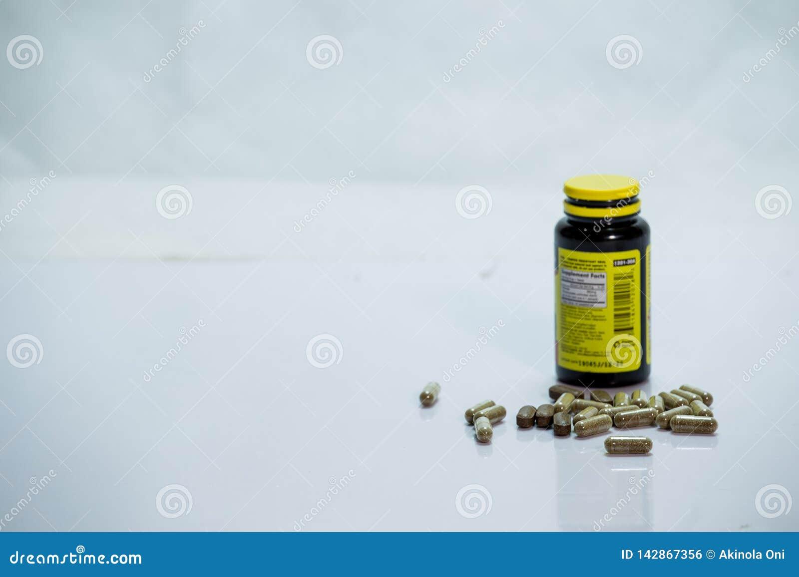 De fles van de voorschriftdrug met uitgegoten capsules