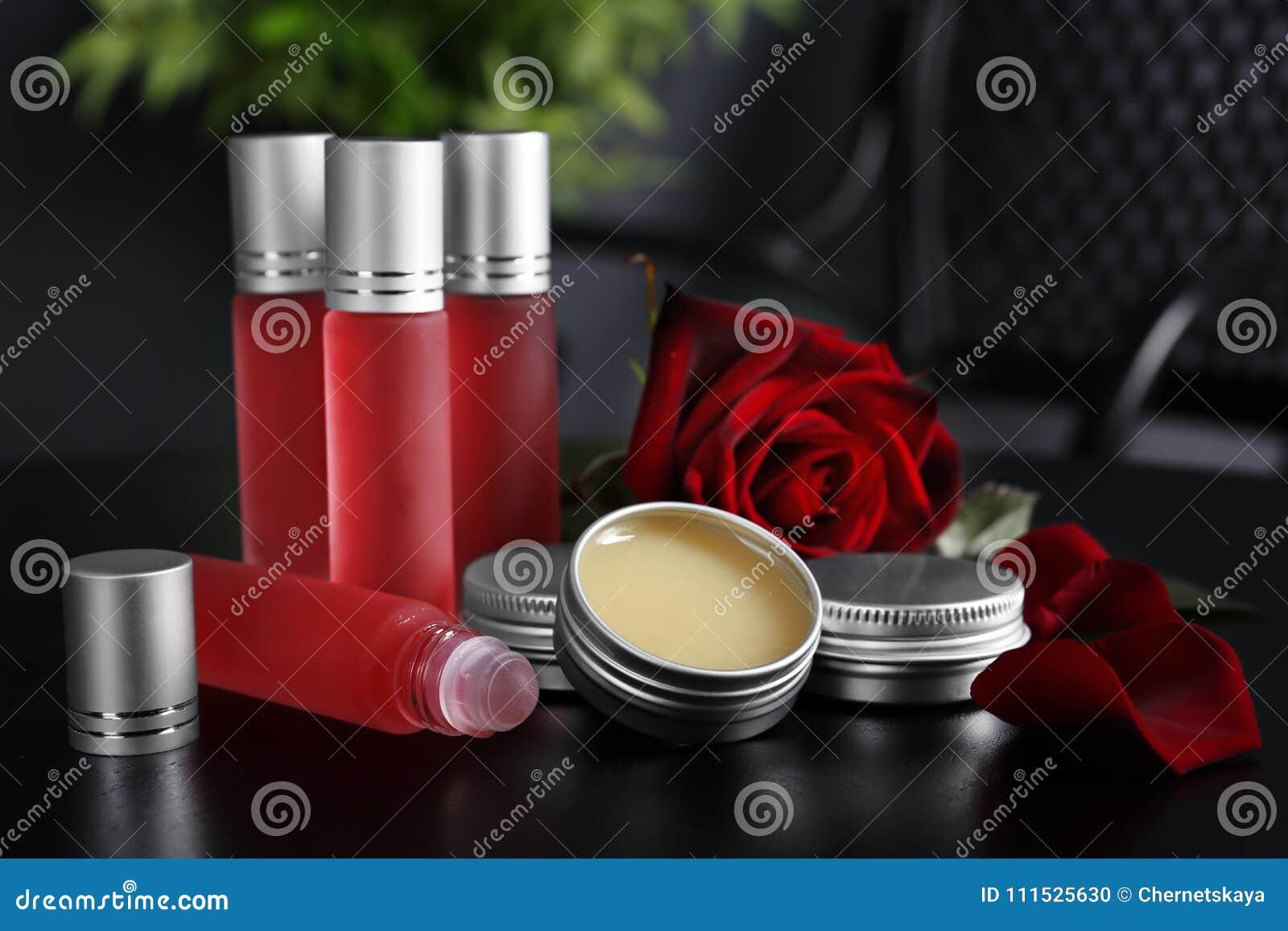De flessen, containers met parfum en namen toe
