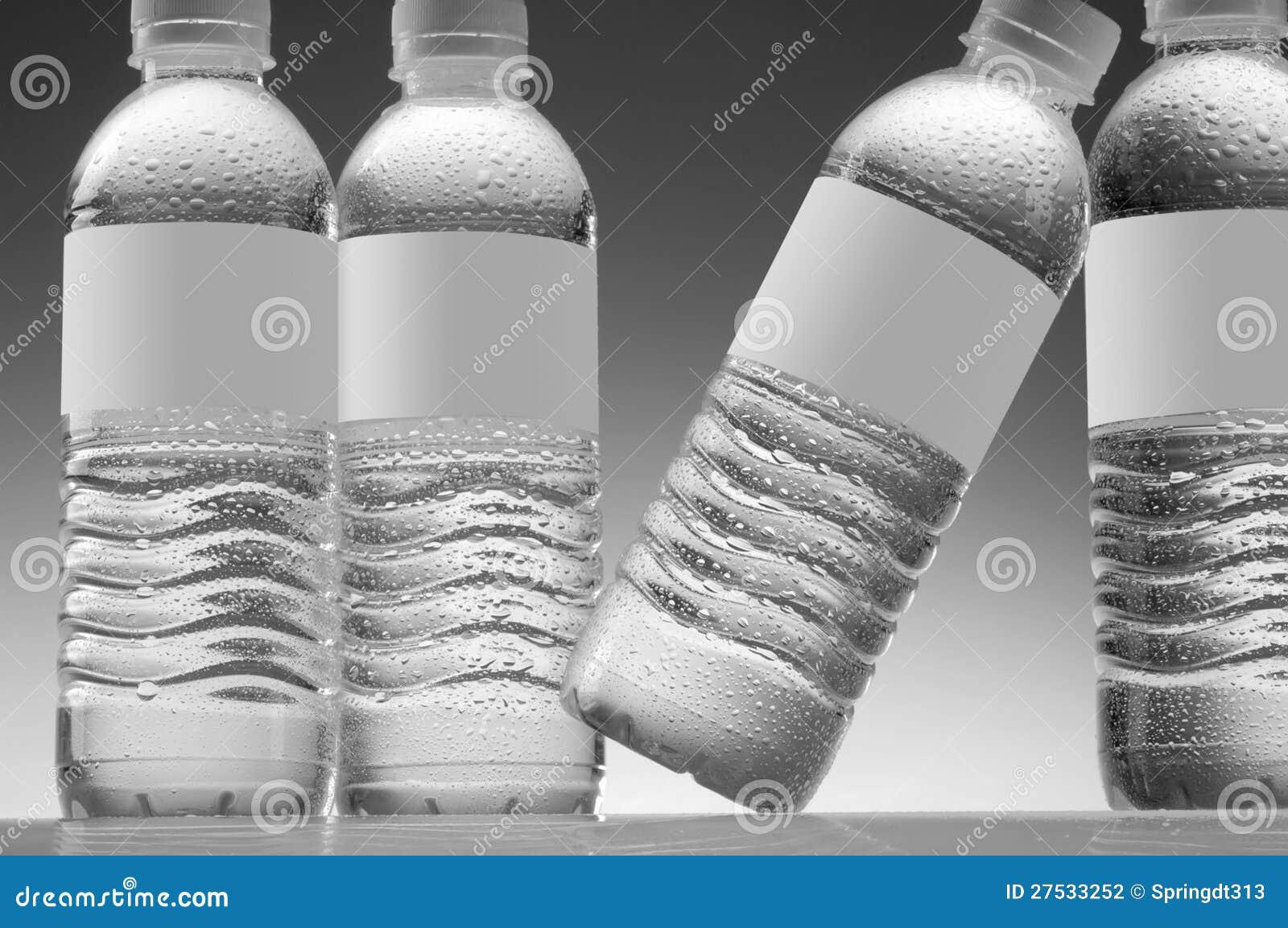 De flessen van het water