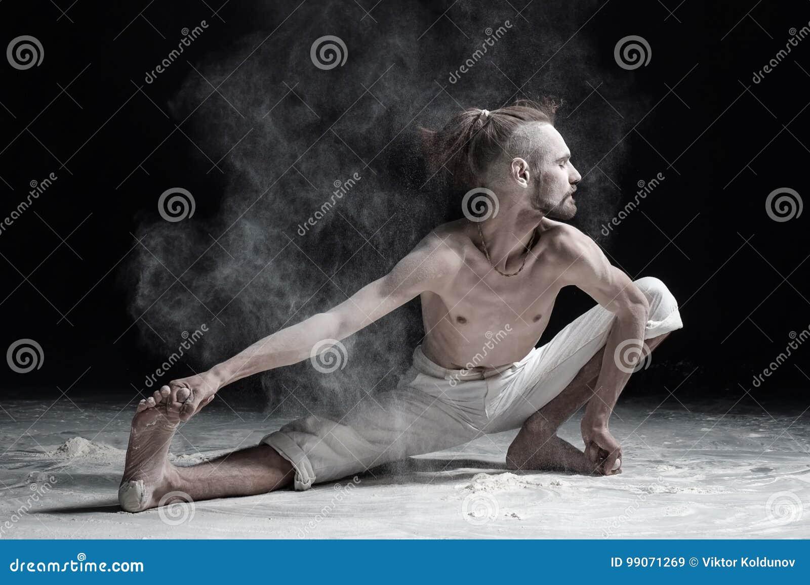 De flexibele kant van de yogamens doung valt wijd uit of utthitanamaskarasana