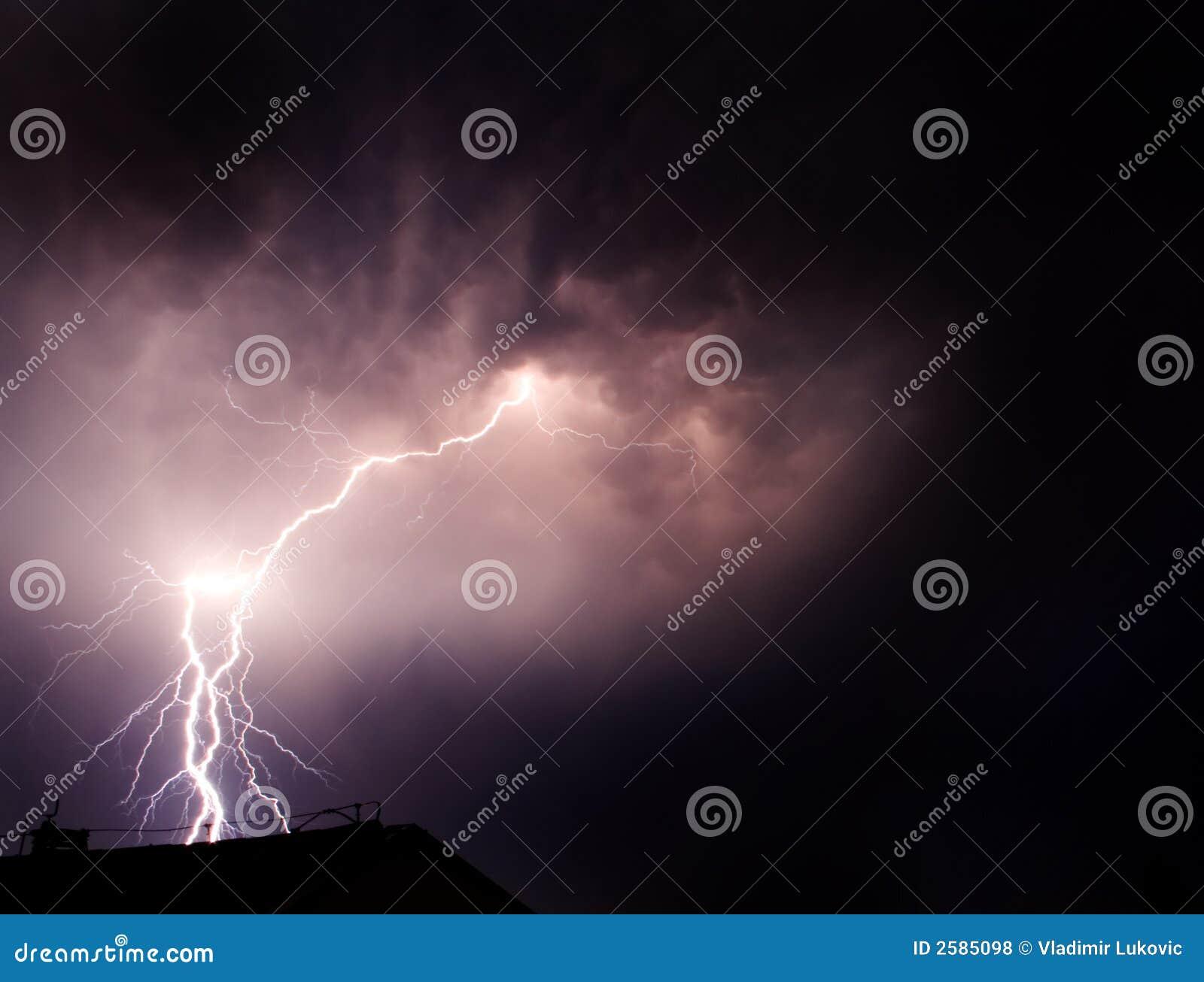 De flitsen van de bliksem de duisternis