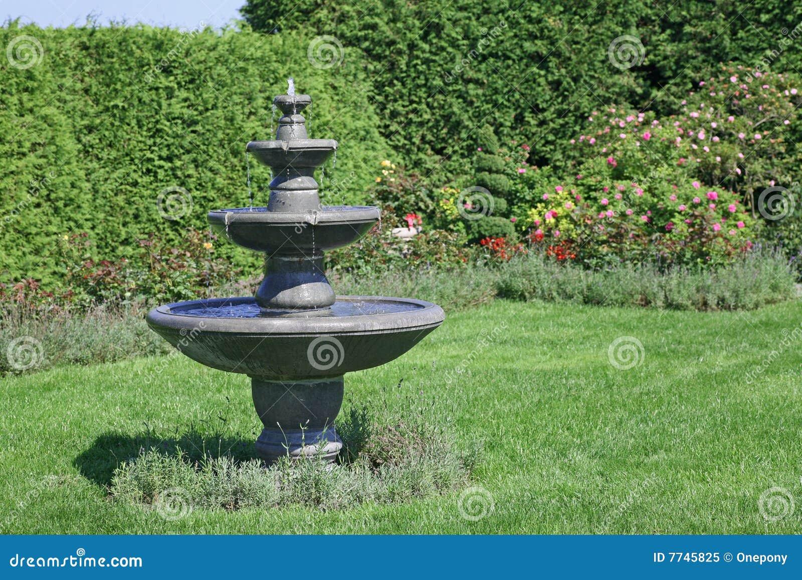 Elegant de fontein van de tuin stock foto beeld with for Beeld tuin modern