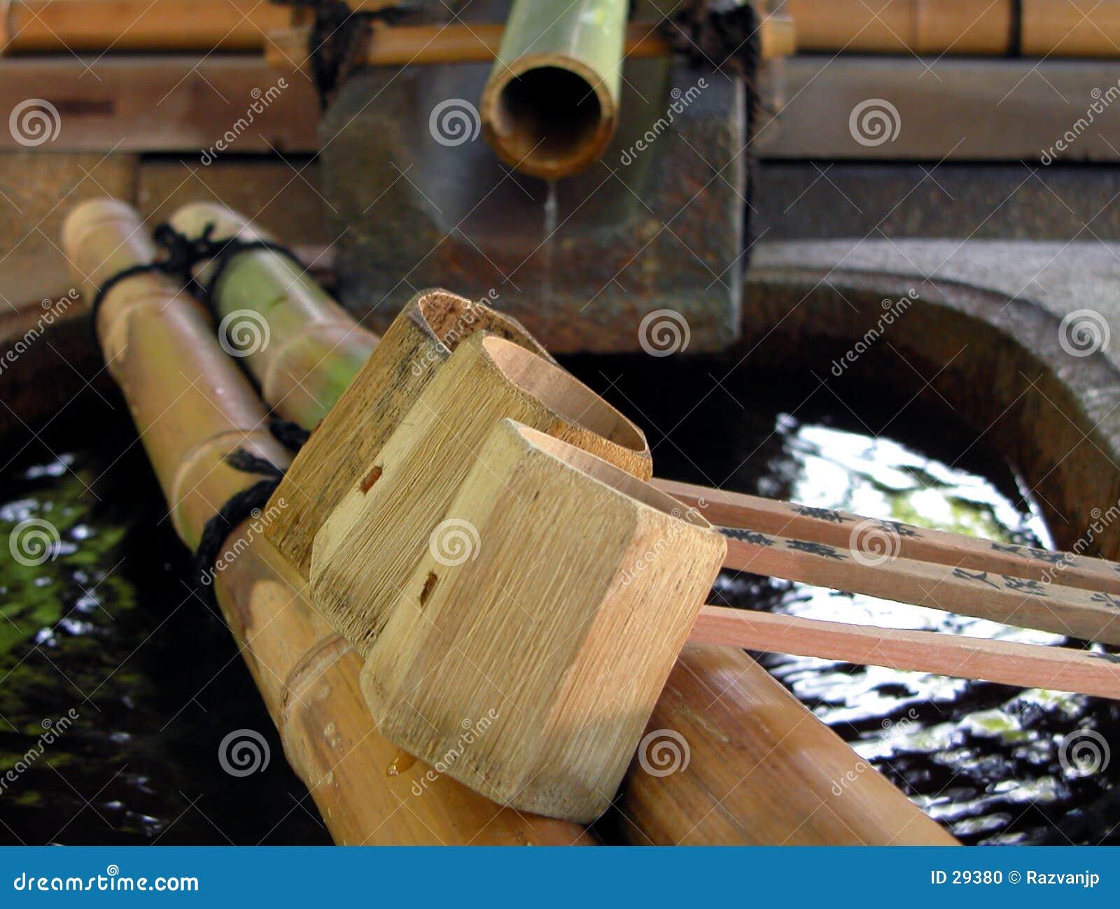 De fontein van het bamboe met gietlepels