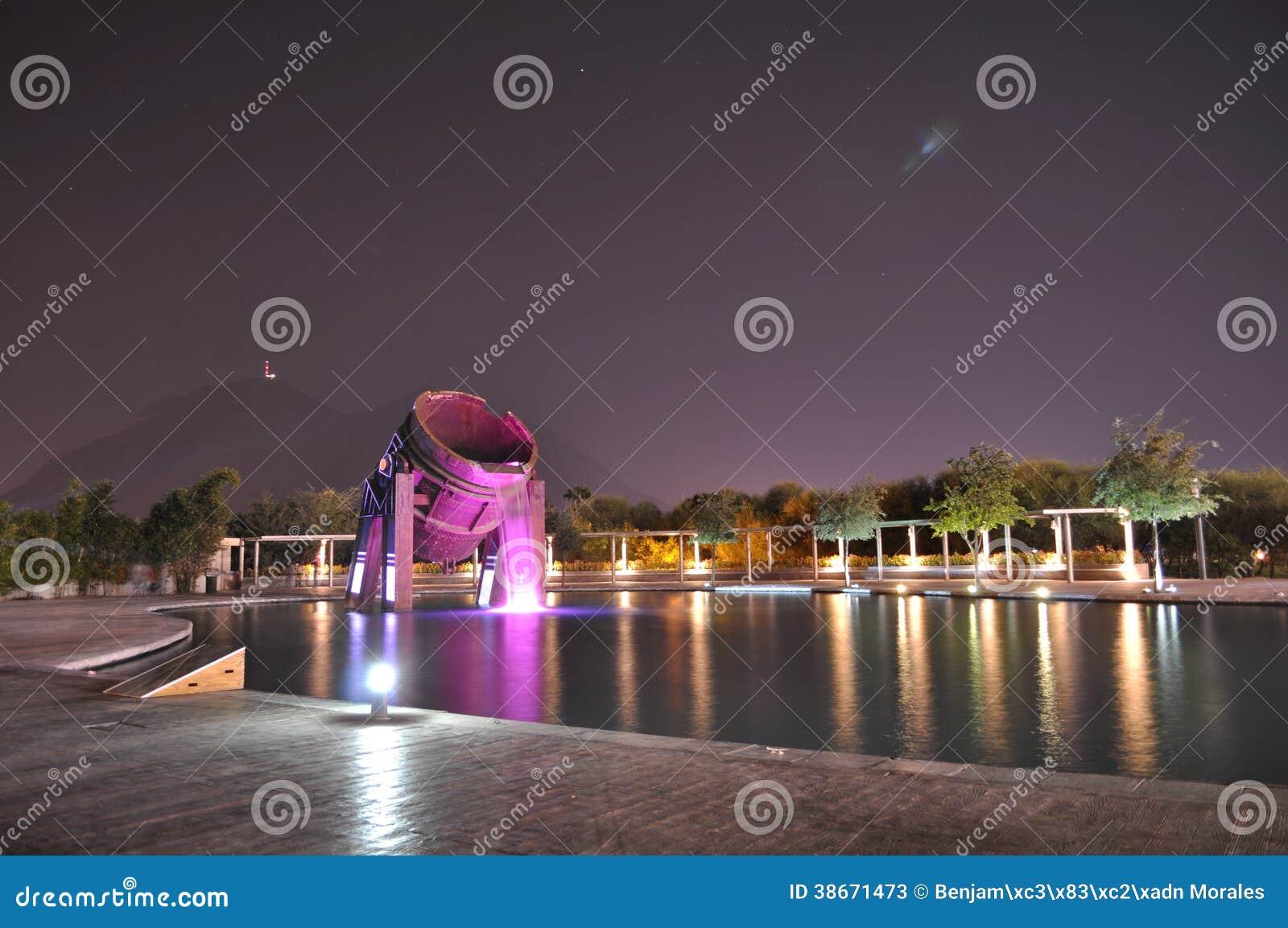 De fontein van het de trommelmonument van het Fundidorapark