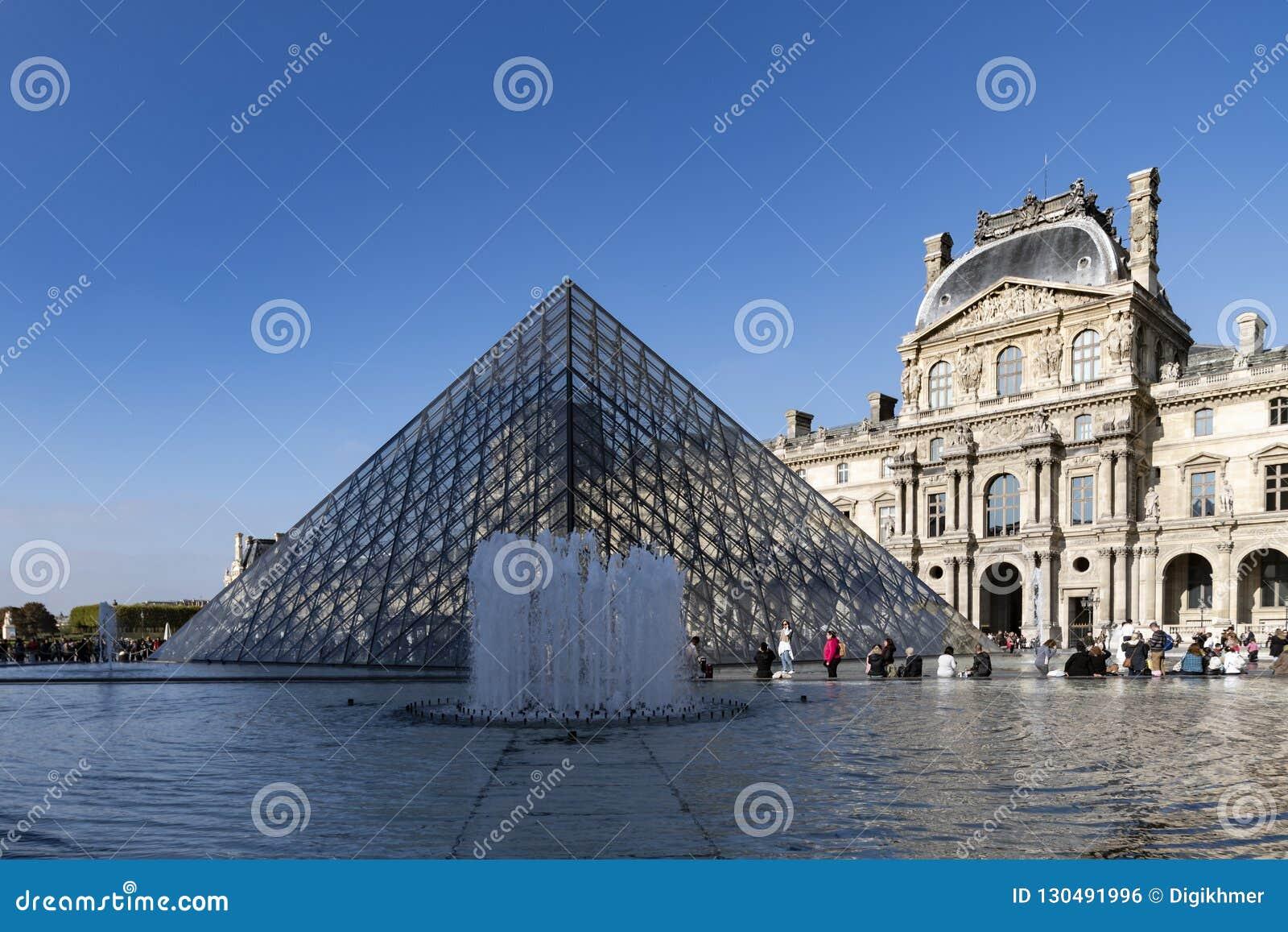 De fontein van het Louvremuseum