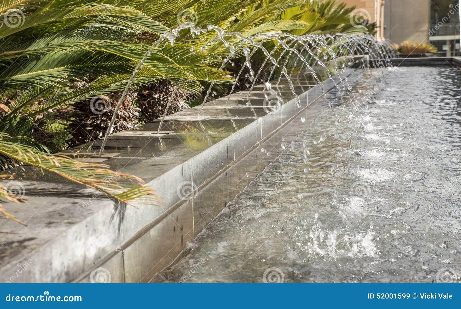 De fontein van het water in tuin stock afbeelding afbeelding