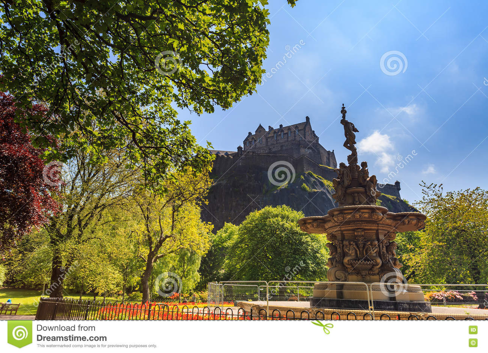 De fonteinoriëntatiepunt van Ross in Pincess-Straattuinen en het Kasteel van Edinburgh