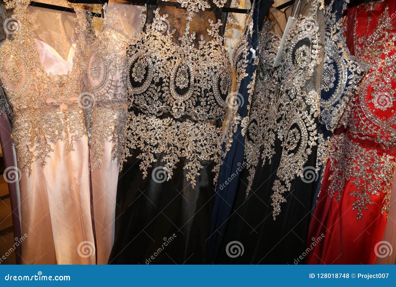 De formele kledingstukindustrie die buitensporige toga s voor Nieuwjaren of Prom vervaardigen!