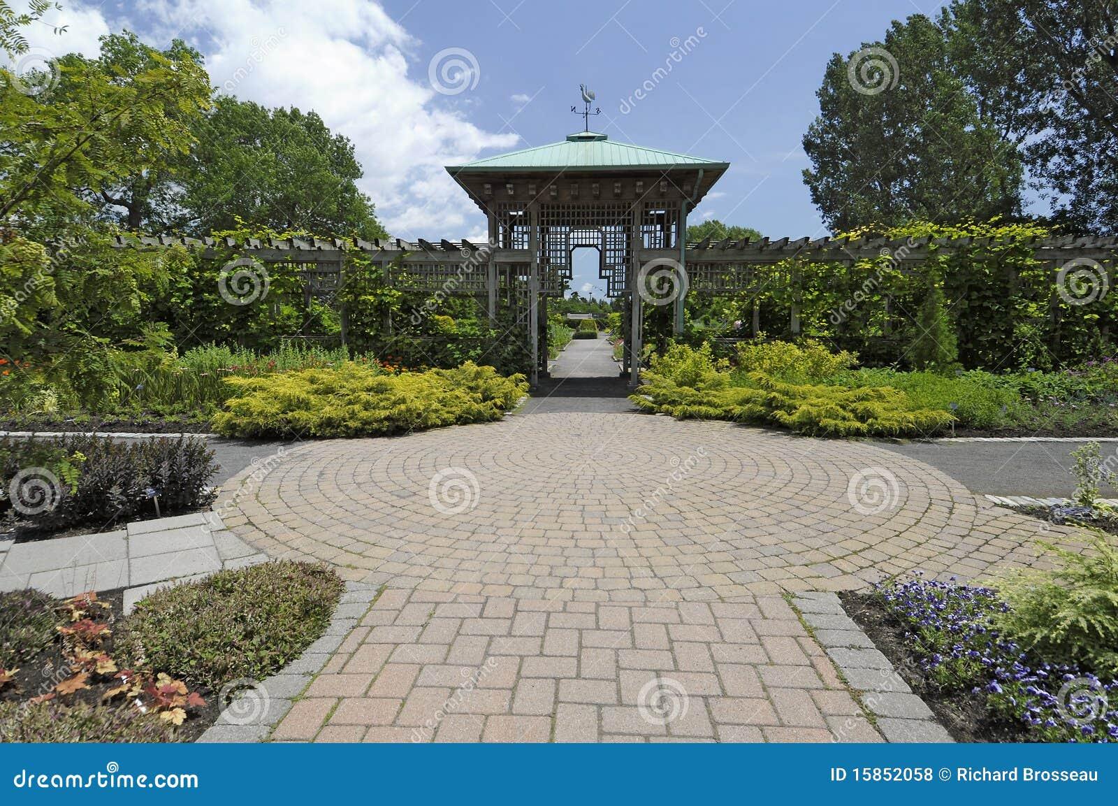 De formele weg van de tuin royalty vrije stock foto 39 s afbeelding 15852058 - Wijnstokken pergola ...