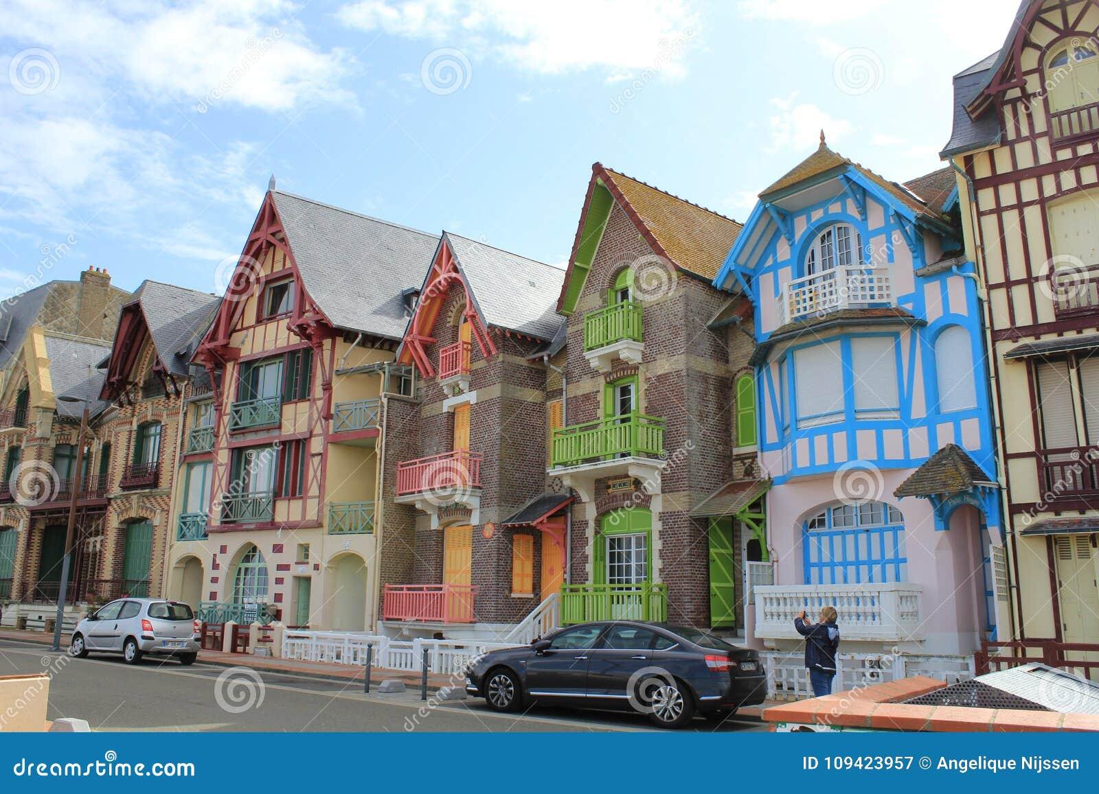 De forntida färgrika engelskaen utformar hus på le treport nära Dieppe, Frankrike