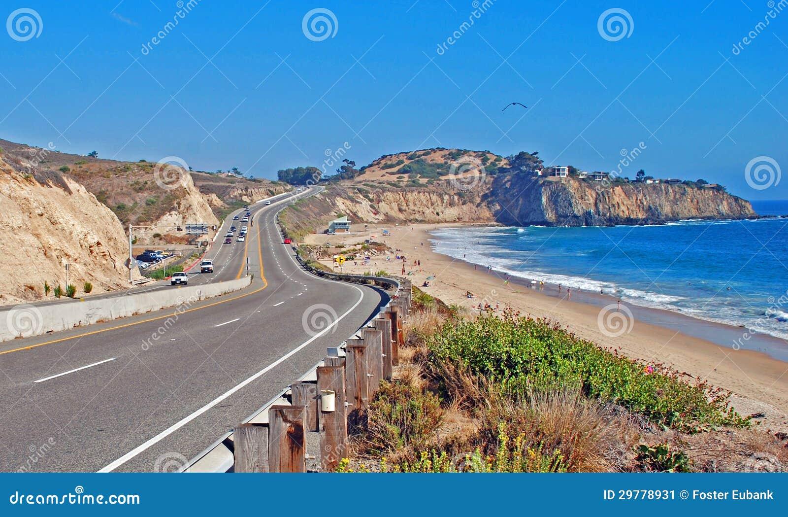 De Weg die van de vreedzame Kust door het Gebied van de Inham van het Kampeerterrein en van het Kristal van Gr Moro overgaan.