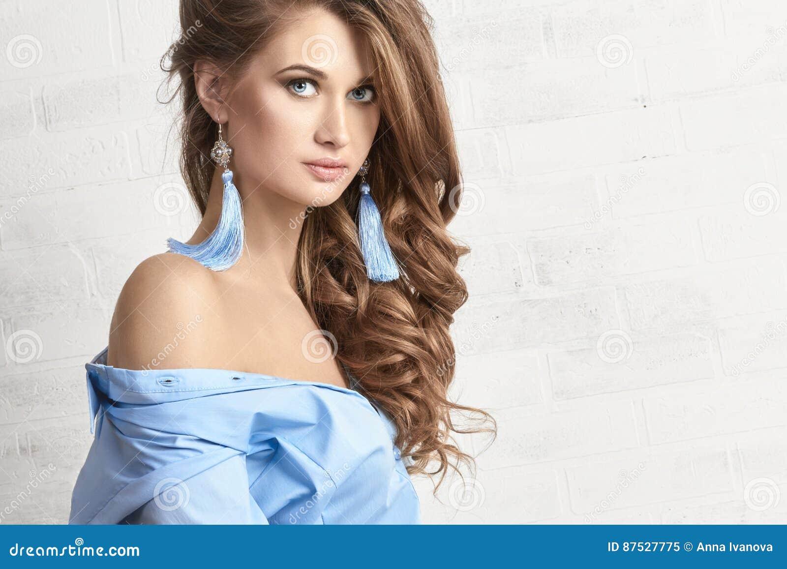 De foto van de manierkunst van een vrouw in een blauw overhemd Naakt lichaam Nadenkend geheimzinnig dromerig portret van een meis