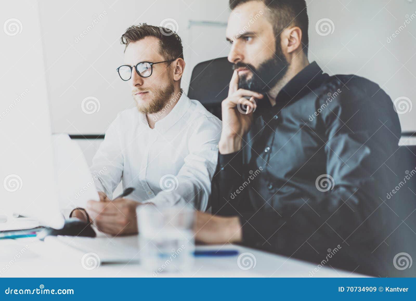 De foto van het Coworkingsproces Van het het teamwerk van financiënmanagers het nieuwe idee Jonge commerciële bemanning die met s