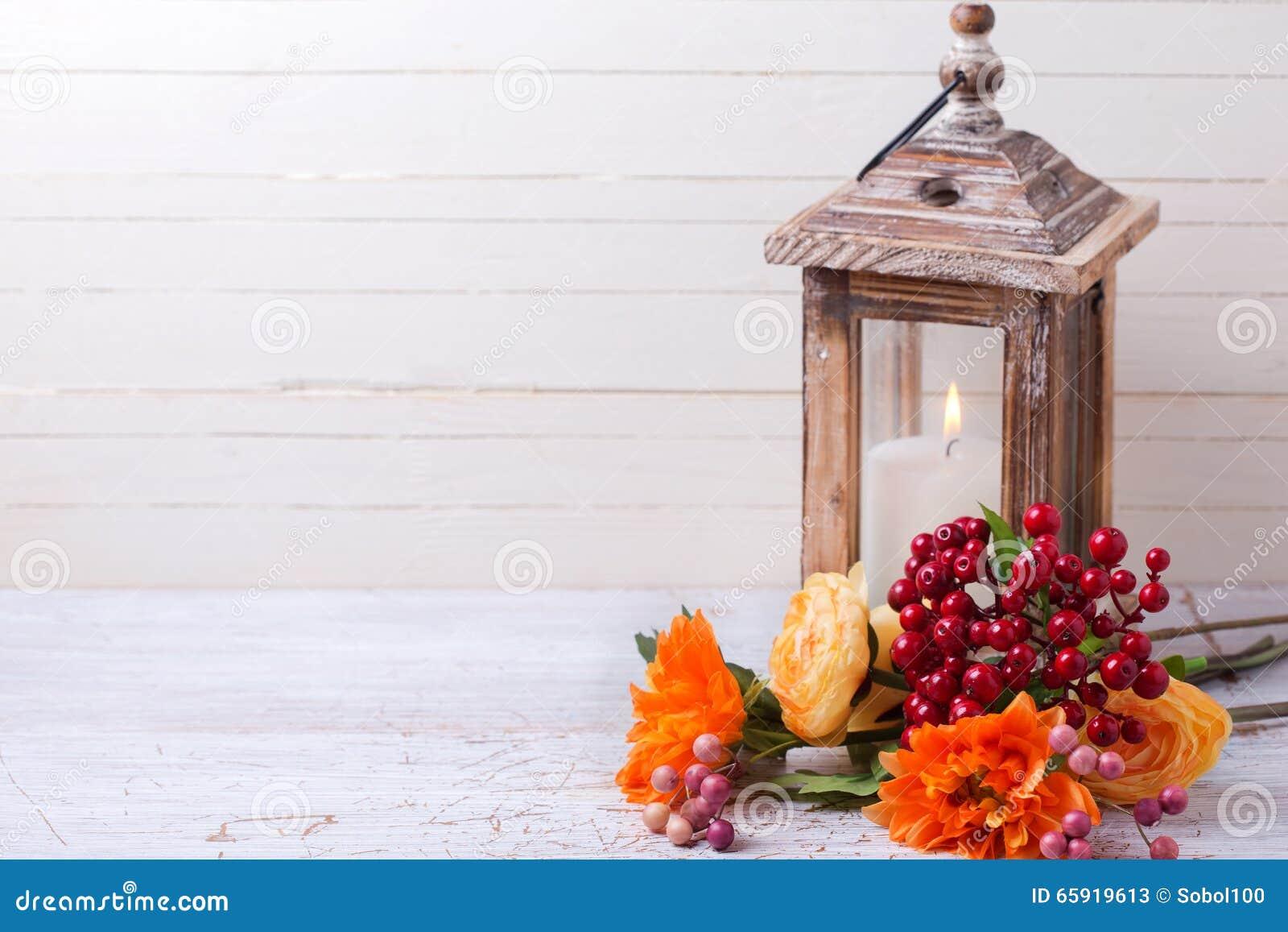 De foto van het de herfststilleven met bloemen in gele kleuren en candl