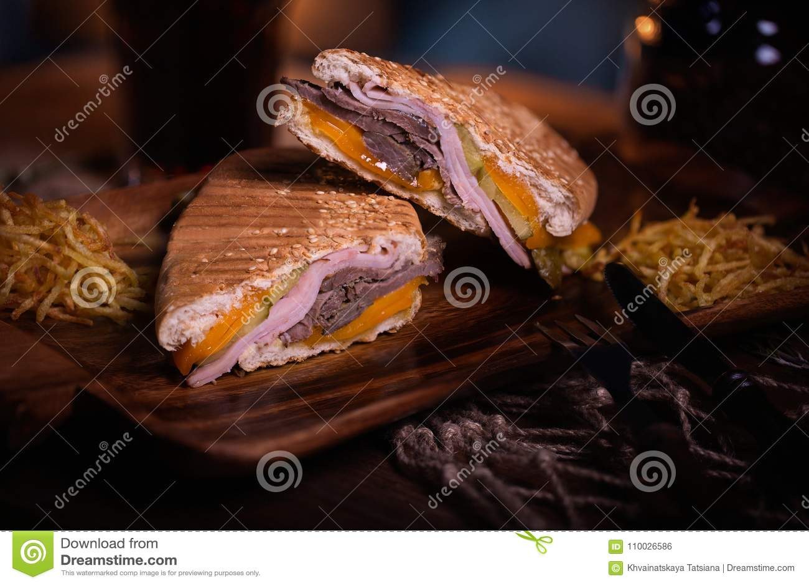 De foto van het sandwichvoedsel Straatvoedsel Verse smakelijke geroosterde hamburger met eigengemaakte die ambachtbroodjes, bij b