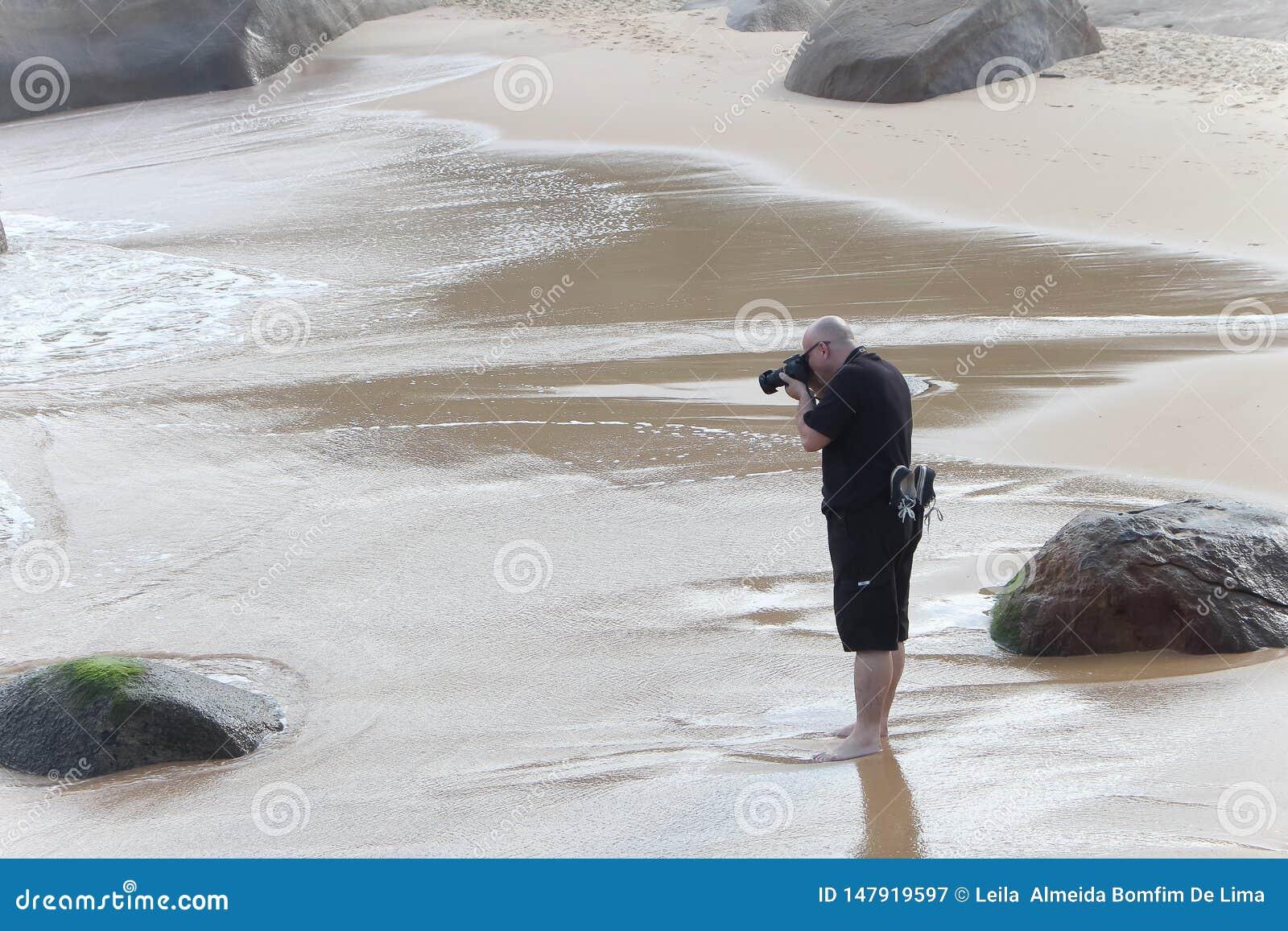 De fotograaf neemt een beeld in het strand