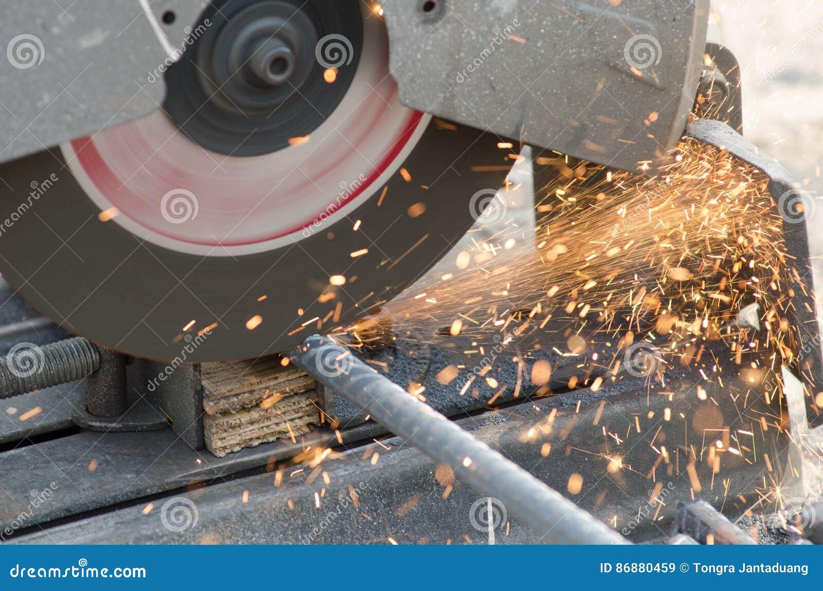 De fotografen gebruiken draadscharen om het ijzer te gebruiken
