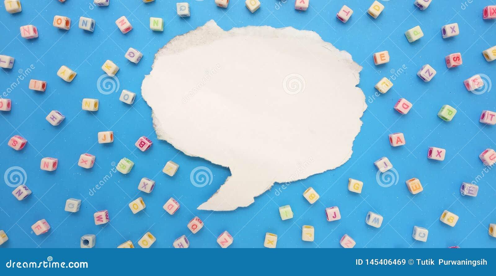 De fotovlakte legt, Blauwe Achtergrond en Ontwerp van het de Parelelement van de Alfabet het Plastic Kubus en Bellenpraatje voor